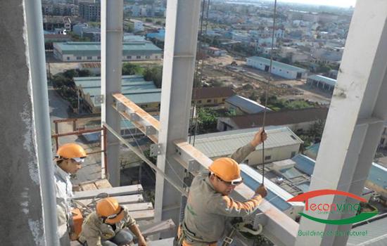 Thi công cầu thang thoát hiểm nhà cao tầng